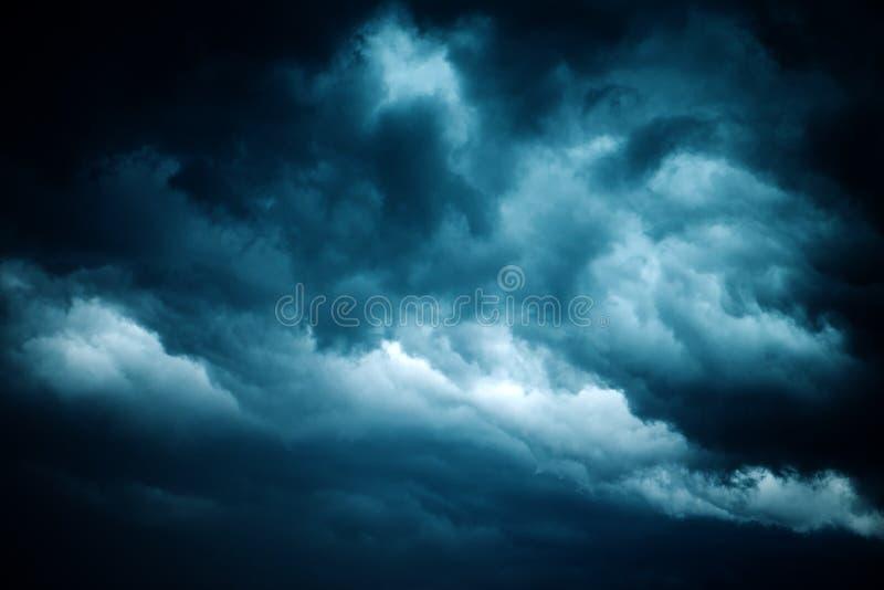 Драматическое бурное небо, темные облака перед дождем стоковое фото rf