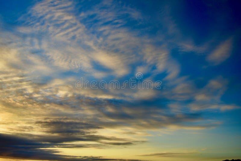 Драматическое выравниваясь небо с великолепными образованиями облака Красивые цвета причаливая ночи стоковые фото