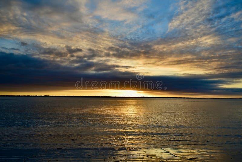 Драматическое выравниваясь небо с великолепными образованиями облака Красивые цвета причаливая ночи стоковое фото