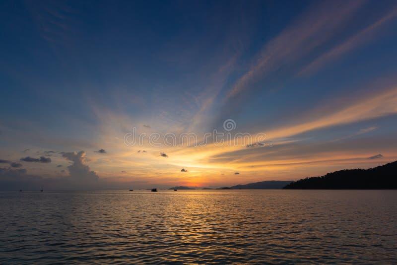 Драматическое красивое небо захода солнца в золотом часе на ба пляжа моря стоковое фото rf