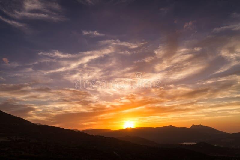 Драматическое небо захода солнца над Sant Antonino в Корсике стоковые изображения rf