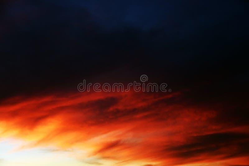 Драматическое небо красного, желтое, дунуло и белые цвета стоковые изображения