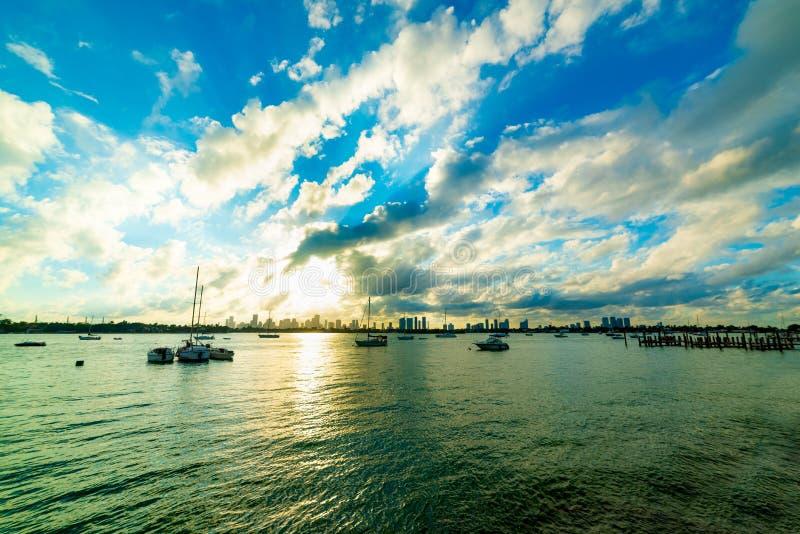 Драматическое небо над набережной Miami Beach на заходе солнца стоковые фотографии rf