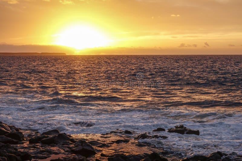 Драматическое небо на заходе солнца над морем Померанцовый ландшафт стоковая фотография