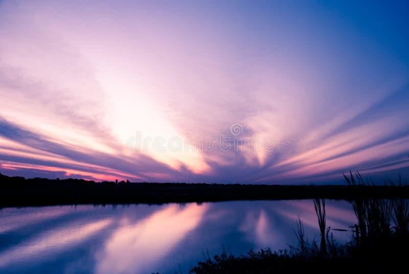 Драматическое небо после отражения захода солнца стоковое изображение rf