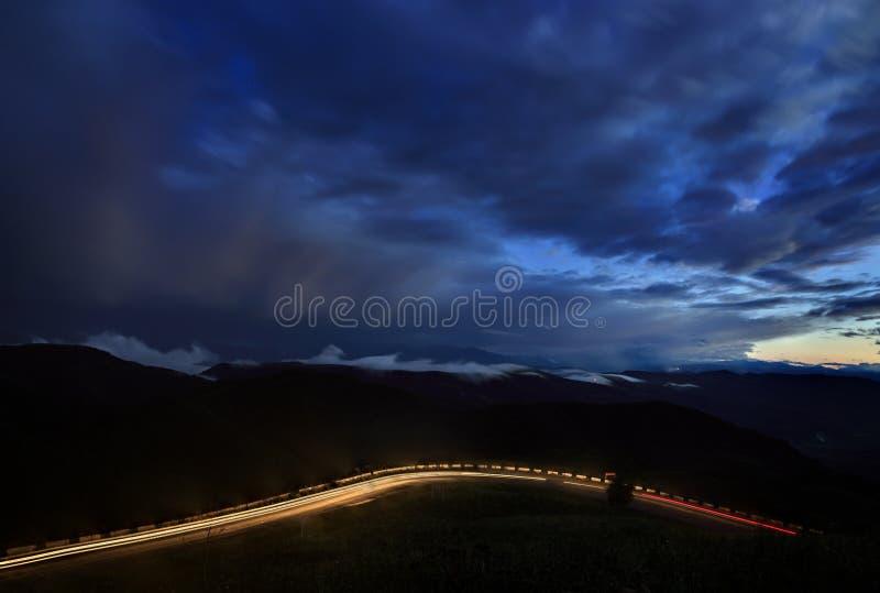 Драматическое небо с первыми звездами и облаками во время захода солнца стоковые изображения rf