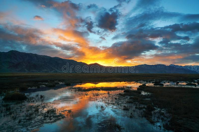 Драматическое небо утра на восходе солнца стоковые изображения rf