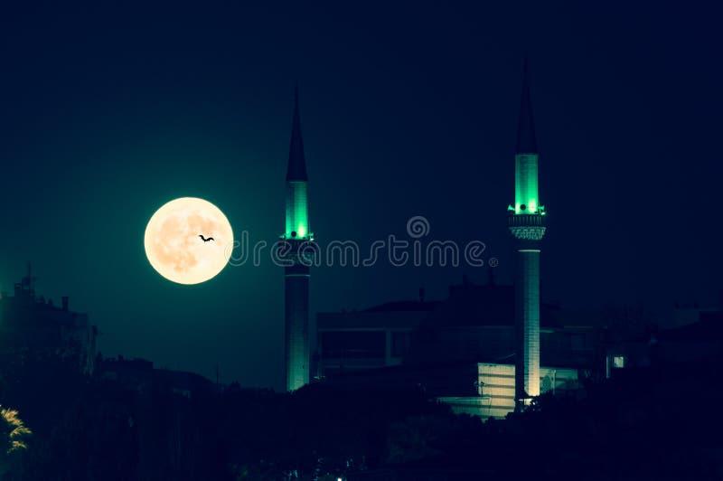 Драматическое полнолуние над горизонтом Izmir на ноче с силуэтом мечети стоковые фотографии rf