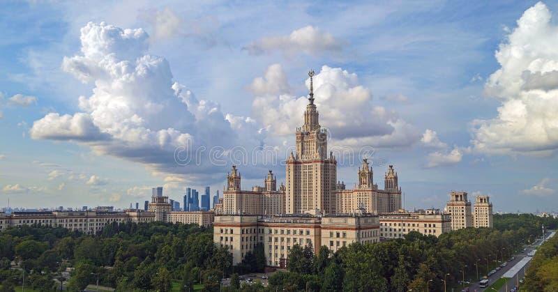 Драматическое солнечное cloudscape над кампусом лета известное русское universiry стоковая фотография rf