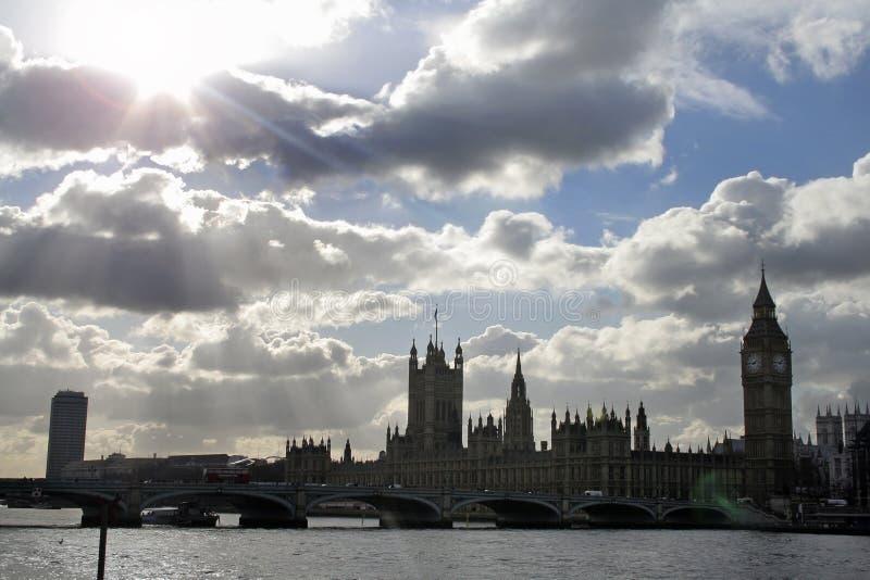 драматическо над небом парламента стоковая фотография rf