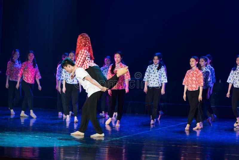 Драма танца свадьбы 3-Lilac горного села стоковые изображения