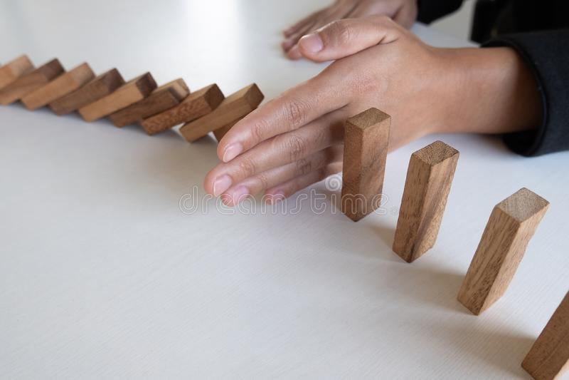 Древесина блоков стопа руки женщины защитить другое, концепция предотвращает отказы от распространять к другой отрасли стоковое фото rf