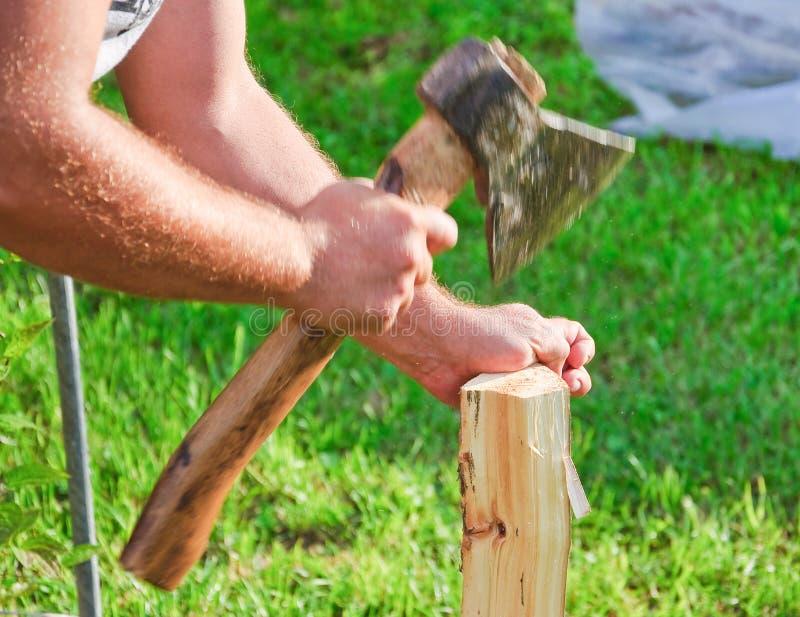 Древесина вырезывания для разжигать Руки, ось и швырок ` s людей стоковое изображение