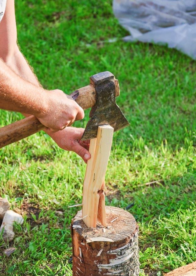 Древесина вырезывания для разжигать Руки, ось и швырок ` s людей стоковое фото