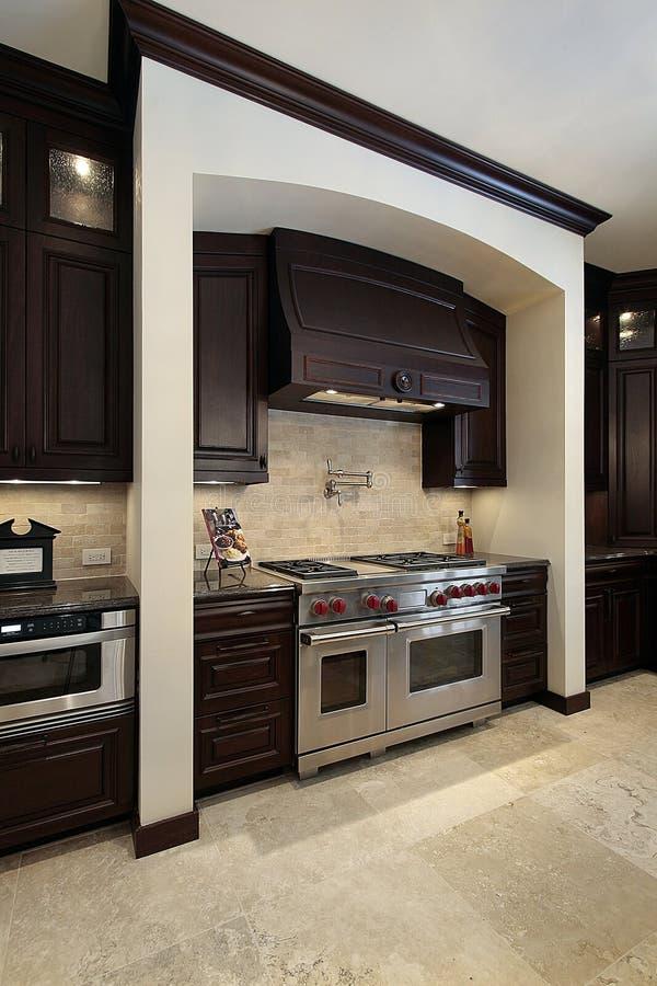 древесина кухни cabinetry темная стоковые фото