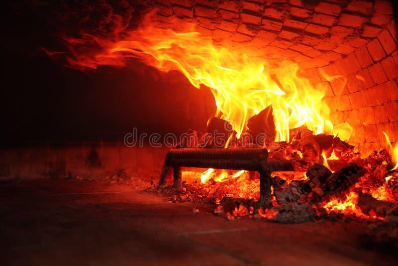 Древесина огня горя в каменной печи Pidesi Karadeniz, Samsun, Турция стоковые фото