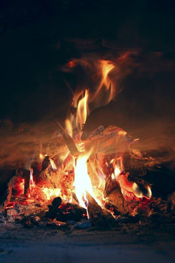 Древесина огня brighly горя в печи пламена пожара стоковые фотографии rf