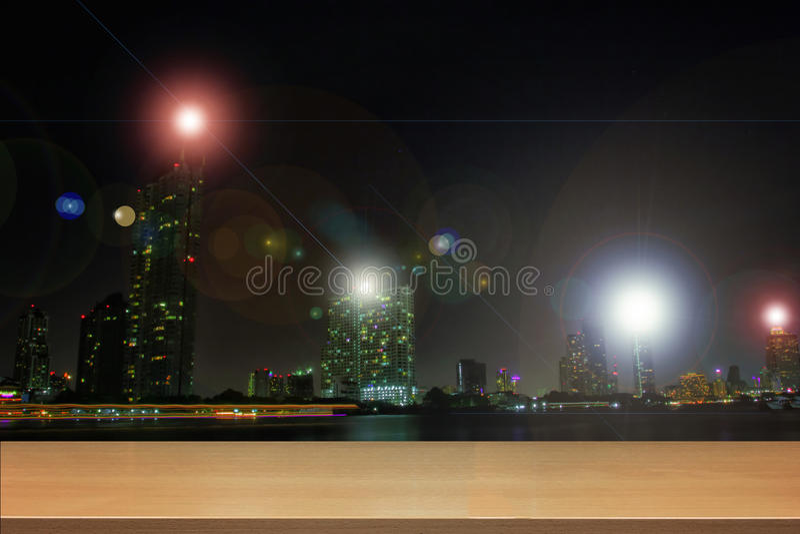 Древесина перспективы и пустые верхние деревянные полки азиатского города Бангкока, Таиланда на nighttime стоковая фотография