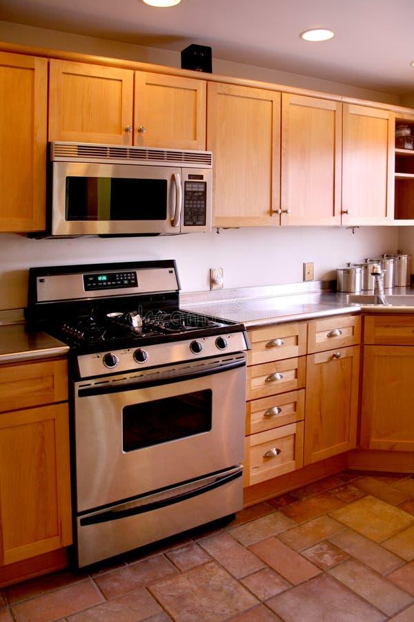 древесина печки кухни шкафов нержавеющая стоковое фото