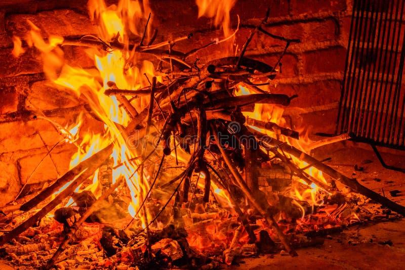 Древесина получает готовой для гриля BBQ стоковые изображения rf