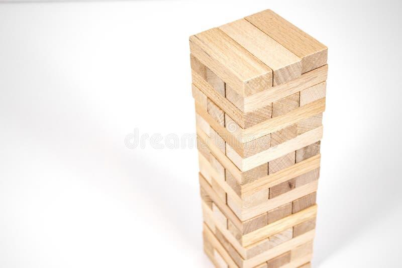 Древесина преграждает игру башни планирование, стратегия и риск для дела и финансов r стоковая фотография rf