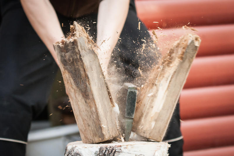 Древесина прерывая с осью руки стоковые изображения rf