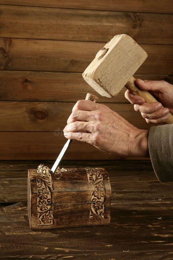 древесина ручного резца молотка gouge зубила плотника стоковое фото rf