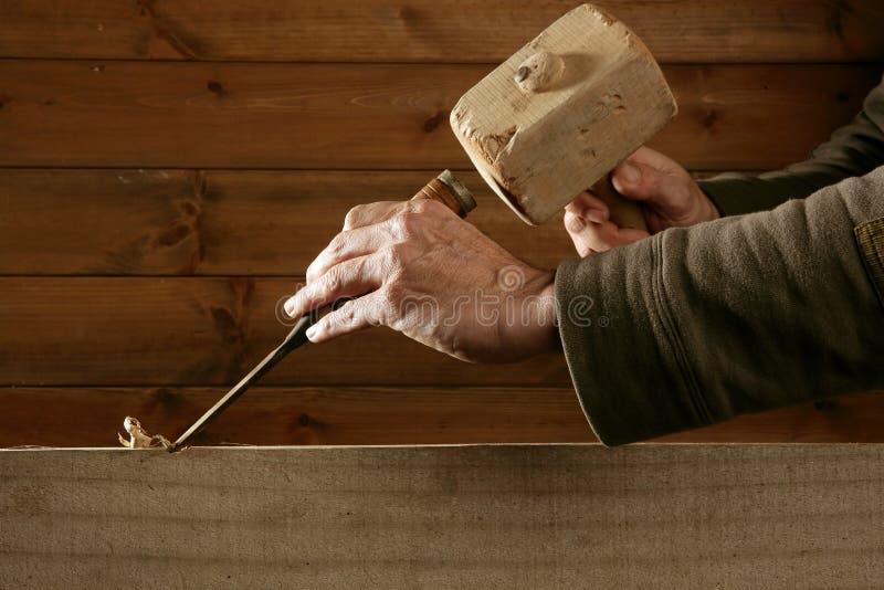 древесина ручного резца молотка gouge зубила плотника стоковая фотография