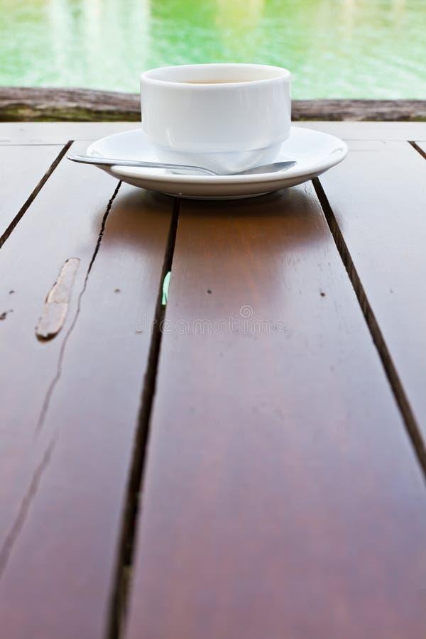 древесина таблицы кофейной чашки стоковое фото rf