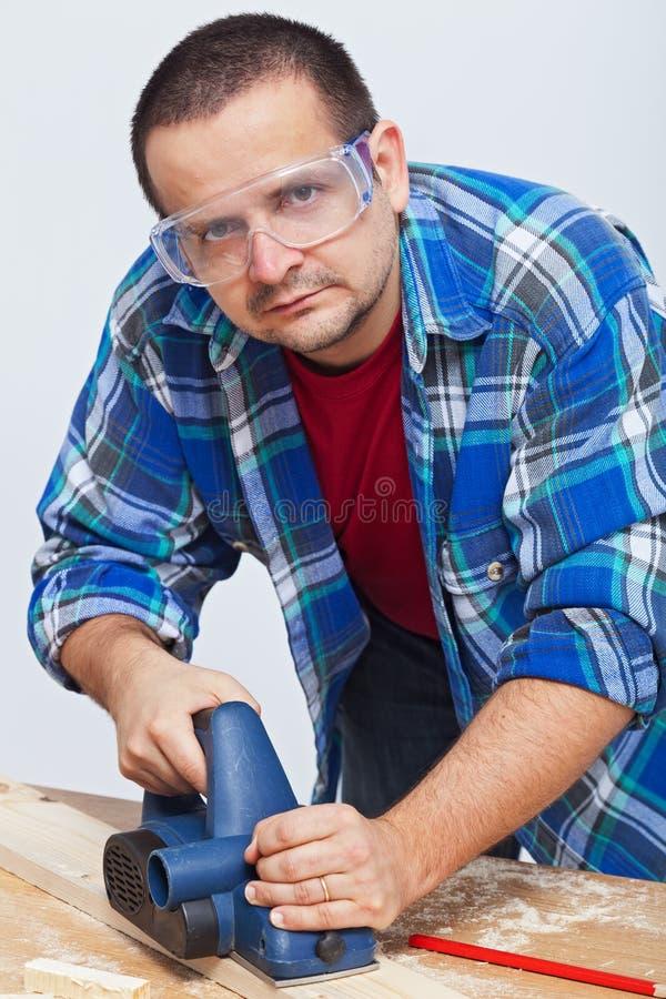 Древесина человека работая с электрическим planer стоковая фотография rf