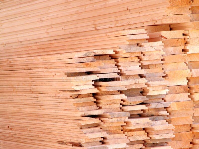 древесина штабелированная конструкцией стоковые фото