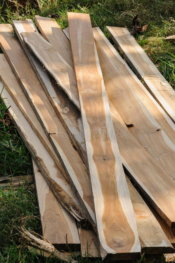 Древесина teak кучи в процессе стоковое изображение rf