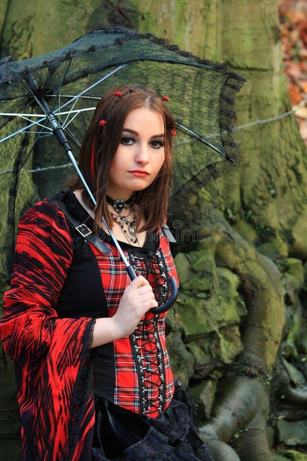 древесины женщины зонтика стоковая фотография