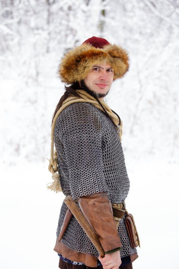 Древесины зимы ратника Викинга портрета сильные сражают переднюю часть скандинавского традиционного копья кожи цепной почты lumbe стоковая фотография rf
