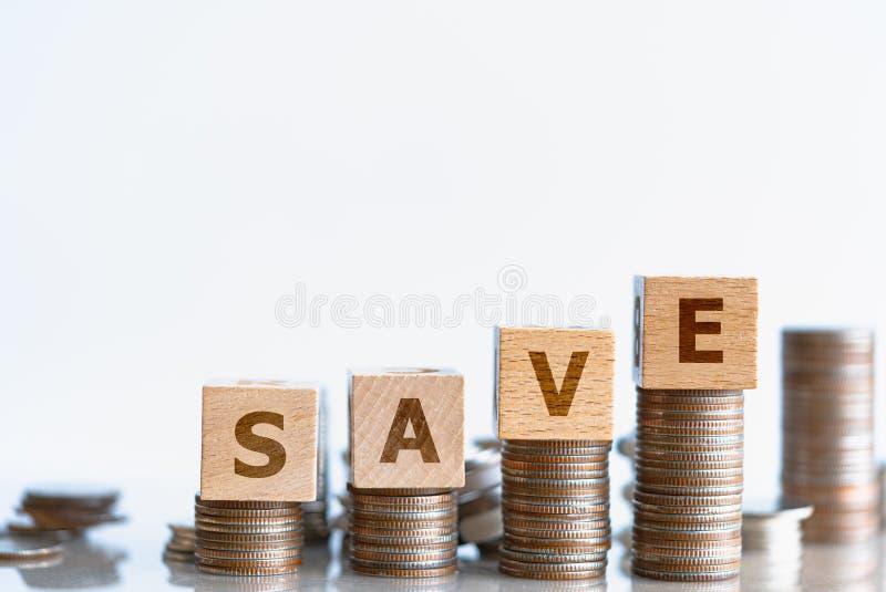 Древесные блоки SAVE и стек монет стоковая фотография