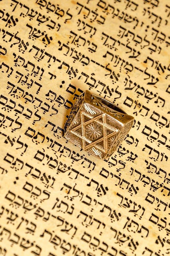 Древнееврейские проход и кольцо текста с magandavid стоковое фото rf