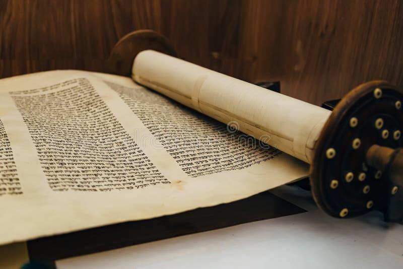 Древнееврейский религиозный рукописный перечень пергамента Torah стоковое фото rf