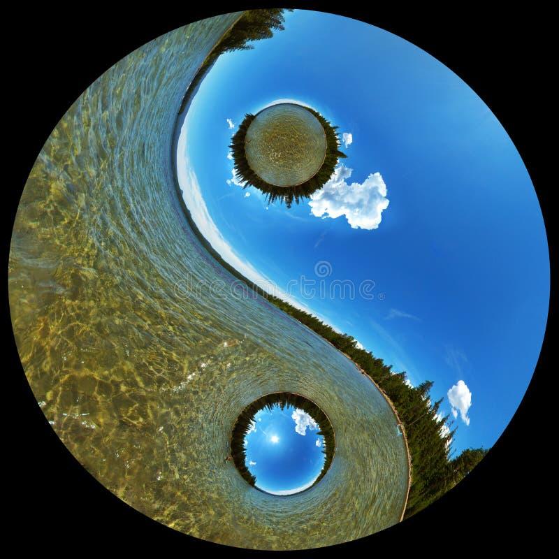 Древнее озеро глуш сценарное в символе Yin Yang стоковая фотография rf