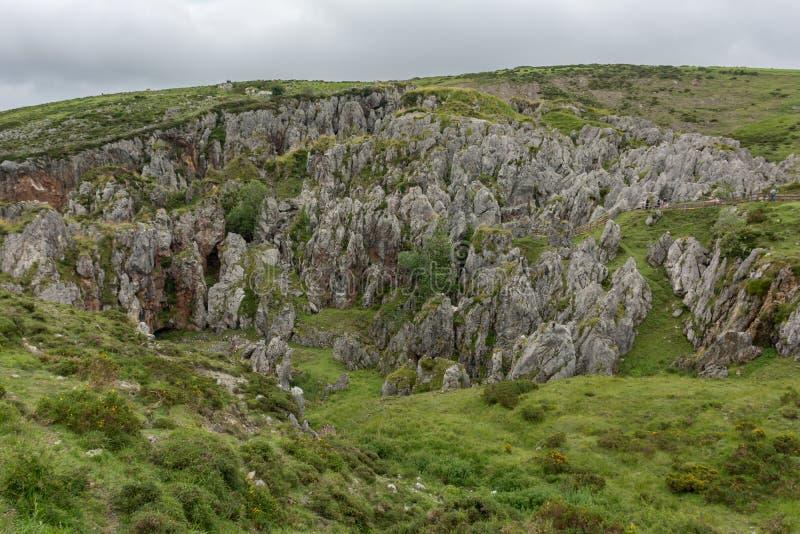 Древние шахты на пиках Европы возле озер Ковадонга в качестве туристического привлекательного места для посещения Астурии, Испани стоковое изображение