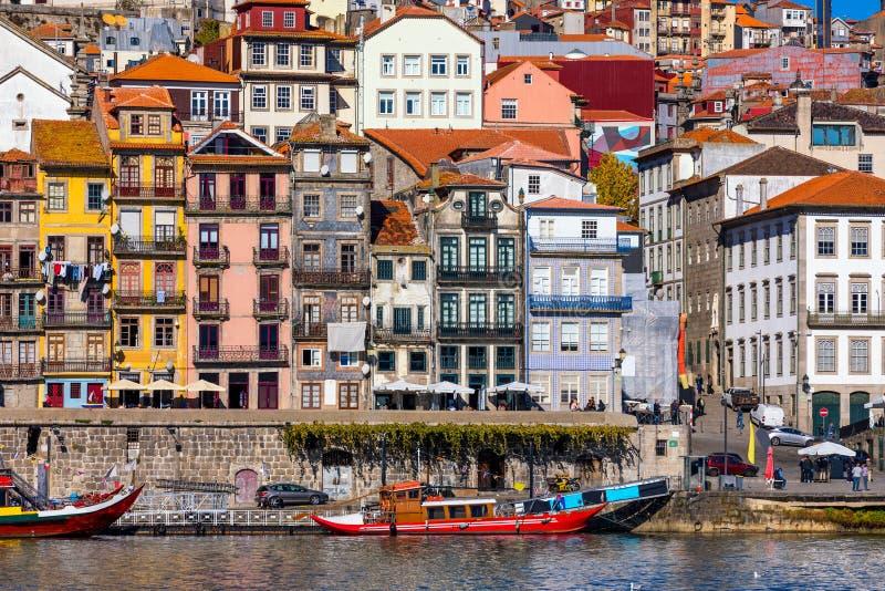 Древний город Порту со старыми пестроткаными домами с красными черепицами Португалия, Порту стоковое изображение