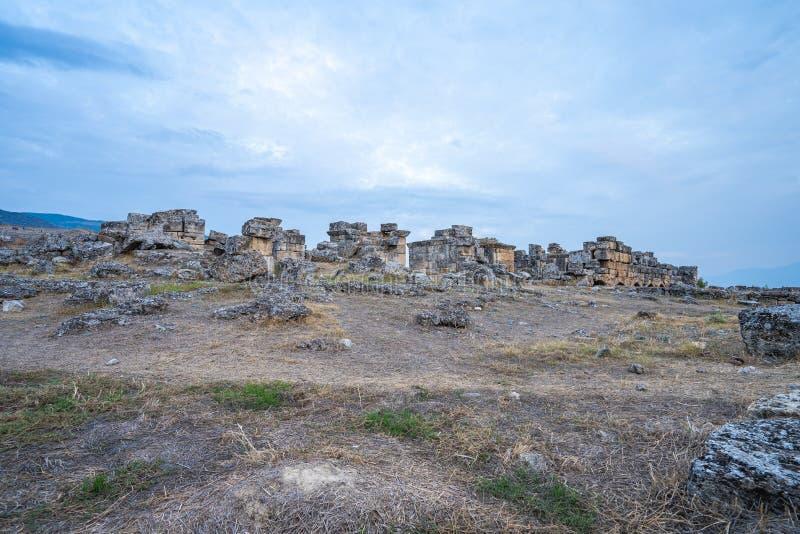 Древний город руин Hierapolis в Pamukkale, Турции стоковая фотография