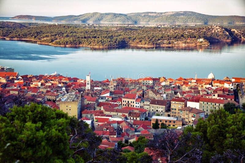 Древний город Sibenik на адриатическом побережье стоковые изображения