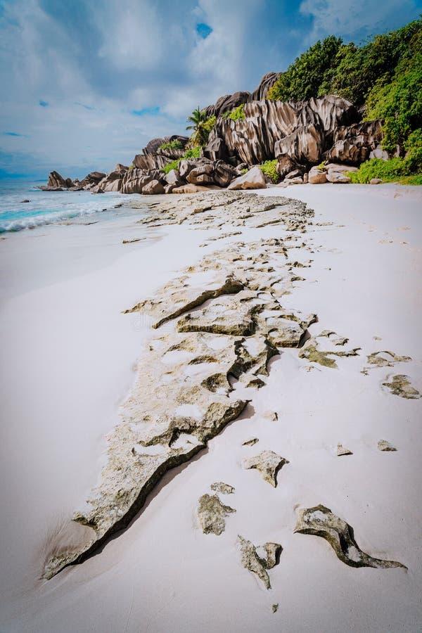 Древний песчаный пляж большое Anse в Ла Digue, Сейшельских островах со своими горными породами гранита мира известными Водить при стоковые изображения rf
