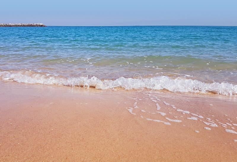 Древний пляж взморья Sandy на аравийском береге Кувейта стоковые фото