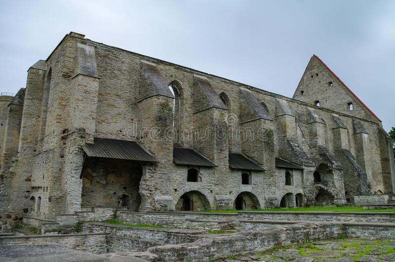 Древний разрушил монастырь Святой Бригитты в Пиритской области, Таллинн, Эстония стоковые изображения