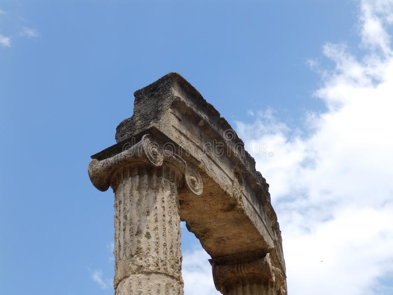 Древний храм и голубое небо стоковые изображения rf