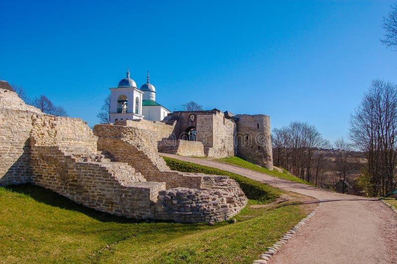 Древняя крепость в городе Izborsk, области Пскова, России Виски на территории стоковая фотография