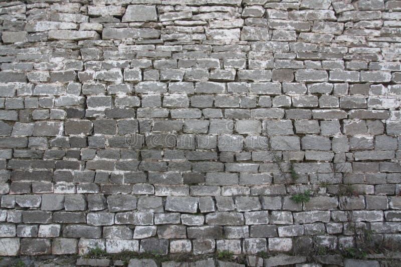 Древняя стена монастыря от грубого камня в сердце России стоковые фото