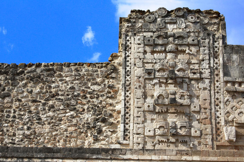 Древняя стена с масками Chaac бога, Uxmal, Юкатан, Мексика стоковые фотографии rf