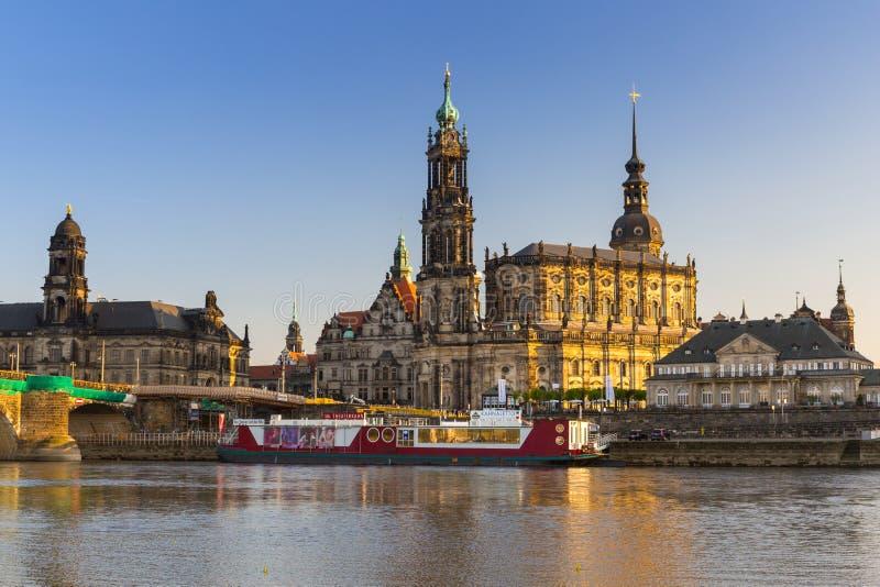 Дрезден, Германия - 19-ое апреля 2019: Городской пейзаж Дрездена на Эльбе и мосте на заходе солнца, Саксонии Augustus r стоковые изображения rf